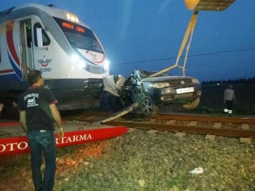 İzmir'de yolcu treni otomobile çarptı: 1'i ağır 3 yaralı