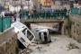 Antakya'da yol çöktü, iki araç dereye yuvarlandı