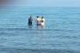 Vekil adayı takım elbise ile denize girip, yüzenlerden oy istedi