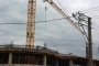 Derince'de paraları verilmeyen iki inşaat işçisi kule vince çıktı