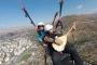 Yamaç paraşütünde bağlamayla 'Gesi Bağları' türküsünü çaldı