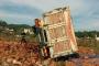 Tuğla taşıyan hafriyat kamyonu tarlaya uçtu, 4 kişi yaralandı