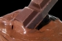 1 ton çikolata fabrikadan sokağa sızdı, asfalt çikolatayla kaplandı