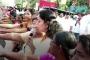 Hindistan'da gericilerin ayağına dolanan kadın zinciri