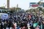 Sudan'da halk yönetimin devredilmesi talebiyle Ordu binası önünde