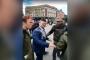 İngiltere'de ırkçı siyasetçi kendisini protesto eden genci darbetti