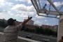 Parasını alamayan işçi inşaatın çatısına çıktı