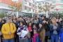 İzmir'de ücretleri için iş bırakan Doğa Koleji öğretmenlerine velilerden destek