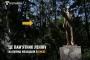 Kiev'de kalan son Lenin heykelini koruyan kadın