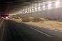 Saman yüklü TIR, alt geçide çarptı, yol trafiğe kapandı