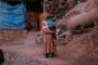 Engelli çocuğunu tedavi için sırtında 7 kilometre taşıyor
