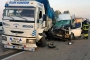 Tarım işçilerini taşıyan minibüs, kamyona çarptı: 1 ölü