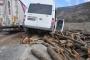 İşçi servisi kamyondan düşen tomruklara çarptı: 6 yaralı