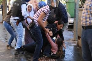 Diyarbakır Belediyesi önünde polis saldırısı