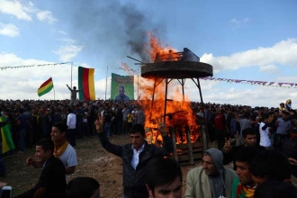 Kobanê sınırında Newroz ateşi yakıldı