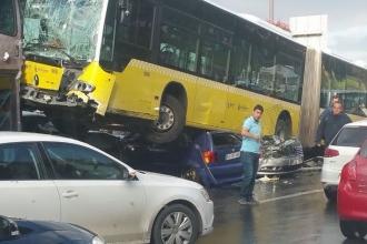 Metrobüs yoldan çıktı
